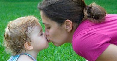 crianca-que-beija-os-pais-na-boca-2