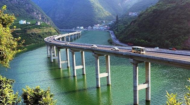 Չինաստանում անտառը չհատելու համար կամուրջը կառուցել են գետի երկայնքով (լուսանկարներ)