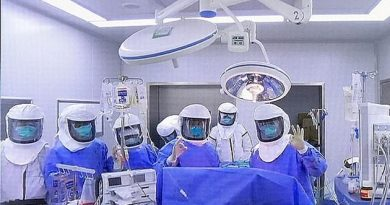 25421160_8064683_the_picture_shows_the_team_of_medics_after_successfully_carrying_a_30_1583146897613_v1.thumb