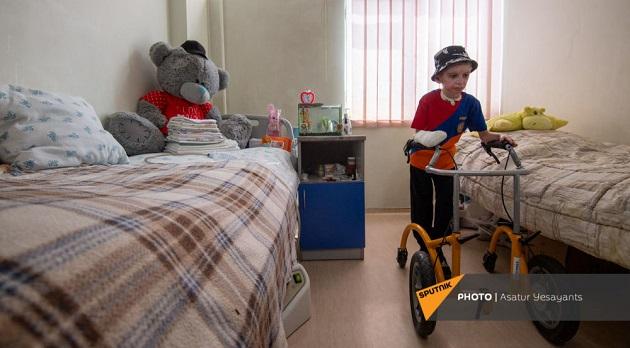 (Armenia) Չէինք հավատում, որ կփրկվի. Վահեն 1 տարում 15-ից ավել վիրահատություն է տարել և ոտքի կանգնել